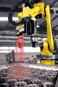 Roboter zum Beladen einer Wärmebehandlungsanlage mit Zahnrädern, mit QR-Code-Scanner
